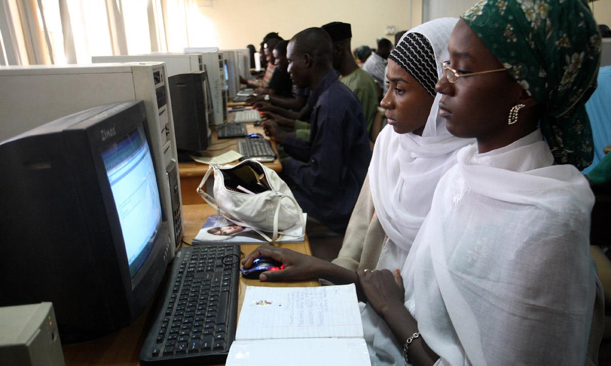 Africanstudentsinclassroomusingacomputer