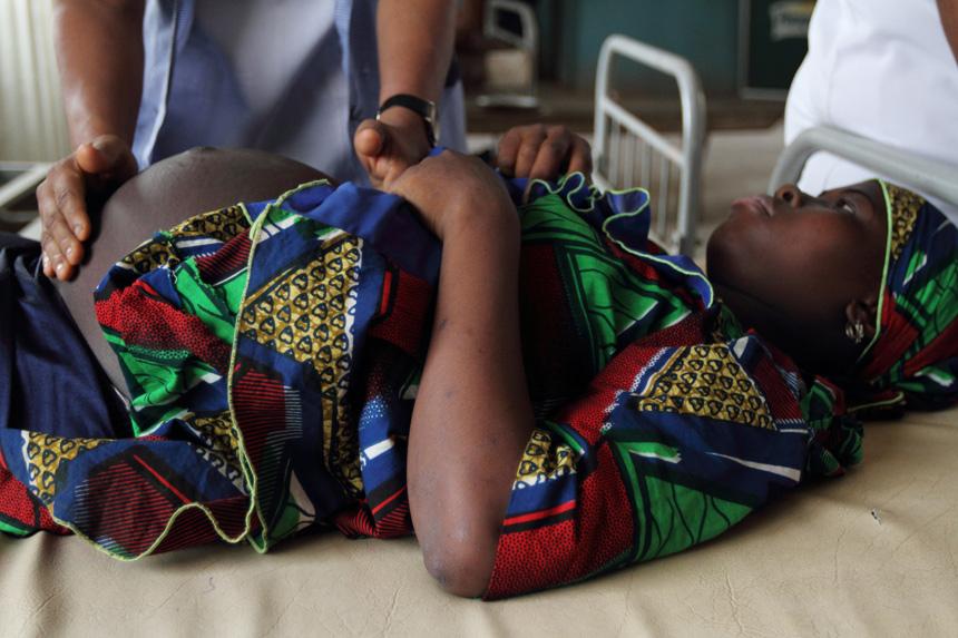 PregnantAfricanwomanduringhealthexam