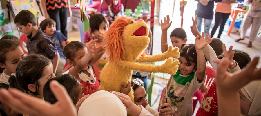 Childrenplayingwithmuppet
